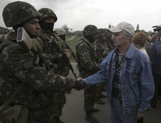 """""""Reuters""""/""""Scanpix"""" nuotr./Civiliai prie Ukrainos karių netoli Slovjansko miesto"""