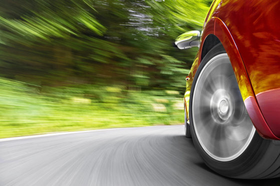Shutterstock nuotr./Greitai lekiantis raudonas automobilis