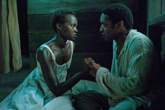 """Kadras iš filmo/Lupita Nyong'o ir Chiwetelas Ejioforas filme """"12 vergovės metų"""""""