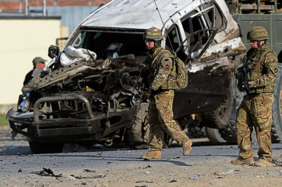 """AFP/""""Scanpix"""" nuotr./JAV kariai savižudžio sprogdintojo išpuolio vietoje"""