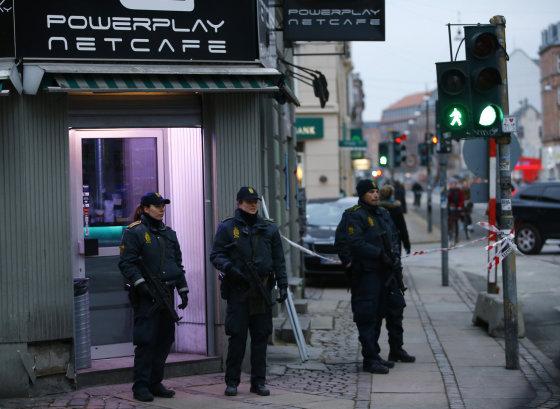 """""""Reuters""""/""""Scanpix"""" nuotr./Po teroro išpuolių Kopenhagoje – policijos reidas interneto kavinėje."""