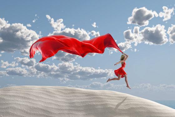 Shutterstock nuotr./Moteris su skaisčiai raudona suknele