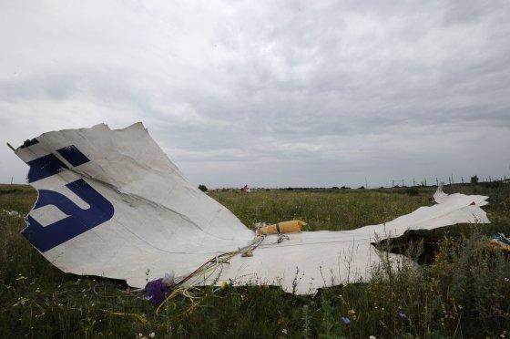 """AFP/""""Scanpix"""" nuotr./Malaizijos lėktuvo """"Boeing 777"""" katastrofos vietoje"""