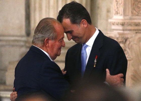 """""""Reuters""""/""""Scanpix"""" nuotr./Ispanijos karalius Juanas Carlosas su sostą perėmusiu sūnumi Felipe VI"""