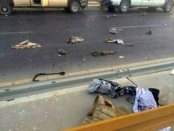 """AFP/""""Scanpix"""" nuotr./Irako pareigūnų gatvėje paliktos uniformos"""