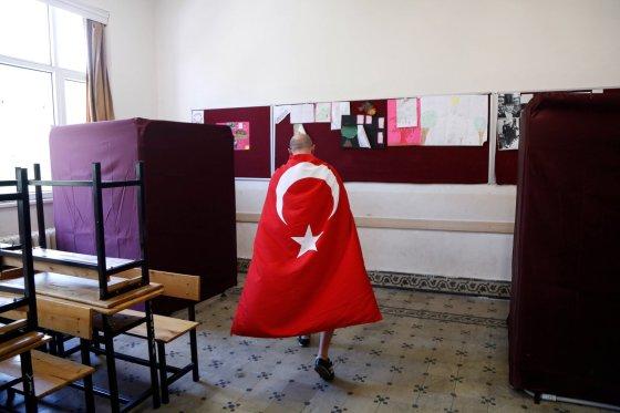 """AFP/""""Scanpix"""" nuotr./Vyriškis, apsigobęs Turkijos vėliava"""