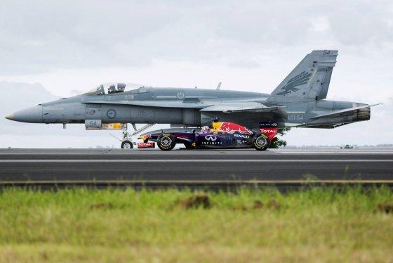 """""""Reuters""""/""""Scanpix"""" nuotr./""""Red Bull"""" formulė šalia Australijos oro pajėgų """"F/A-18 Hornet"""" naikintuvo"""