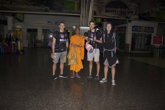 Bankoko traukinių stotyje pakeliui į Koh Panghan sutikome vienuolį, kuris savo gyvenimą pašventęs ramybei ir taikai.