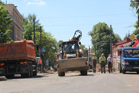Šią savaitę kelininkai darbuojasi Partizanų ir Verkių gatvėse, kur tvarkomos pavojingos išdaužos ir avarinės duobės.