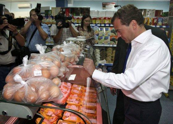 """AFP/""""Scanpix"""" nuotr./Dmitrijus Medvedevas maisto prekių parduotuvėje"""