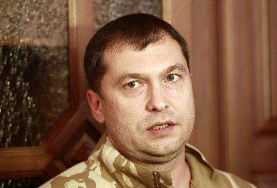 """""""Reuters""""/""""Scanpix"""" nuotr./Luhansko teropristų vadeiva Valerijus Bolotovas pesimistines nuotaikas skandina butelyje"""