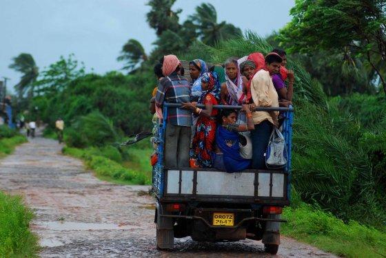 """AFP/""""Scanpix"""" nuotr./Gyventojai traukiasi iš pavojingos zonos."""