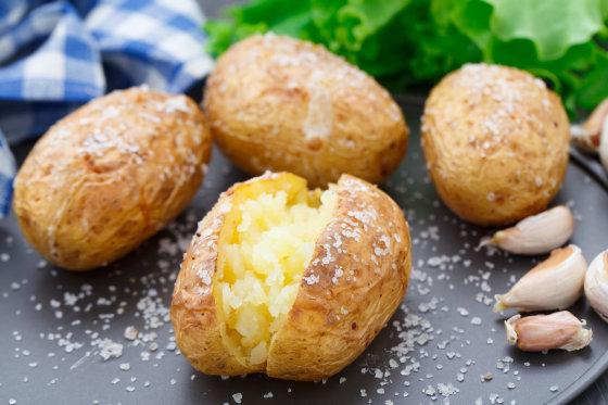 Fotolia nuotr./Bulvės su druska