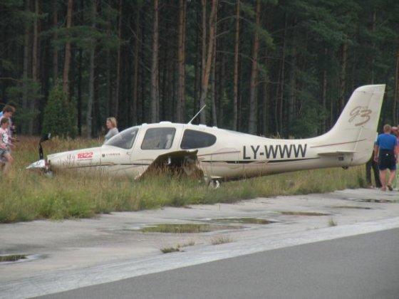 "15min.lt skaitytojos Astos L. nuotr./Verslininko Tado Karoso lėktuvas ""Cirrus SR22"" Nidoje"