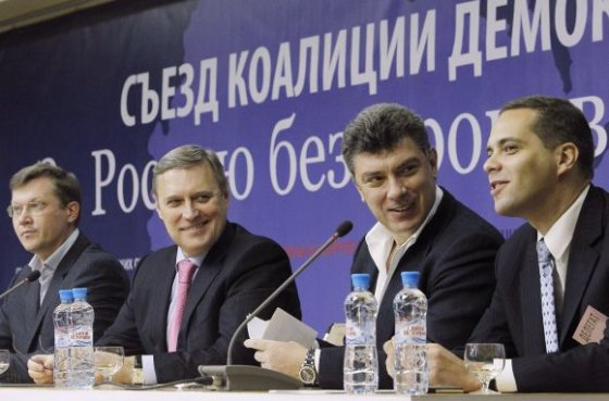"""""""Reuters""""/""""Scanpix"""" nuotr./Naujosios partijos vadovai (iš kairės) – Vladimiras Ryžkovas, Michailas Kasjanovas, Borisas Nemcovas ir Vladimiras Milovas"""