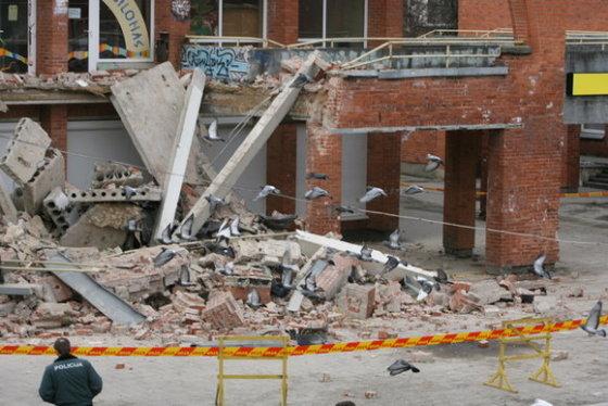 Sugriuvusi Šeškinės prekybos centro dalis