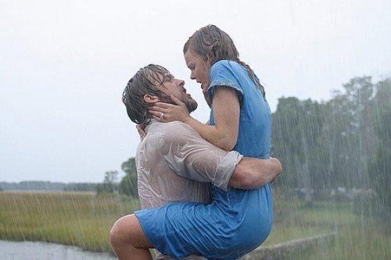 """Kadras iš filmo/Filmo """"Užrašų knygelė"""" herojų bučinys pliaupiant lietui ir išliejus vienas kitam visas išsiskyrimo nuoskaudas – neabejotinai viena gražiausių kada nors sukurtų meilės scenų."""
