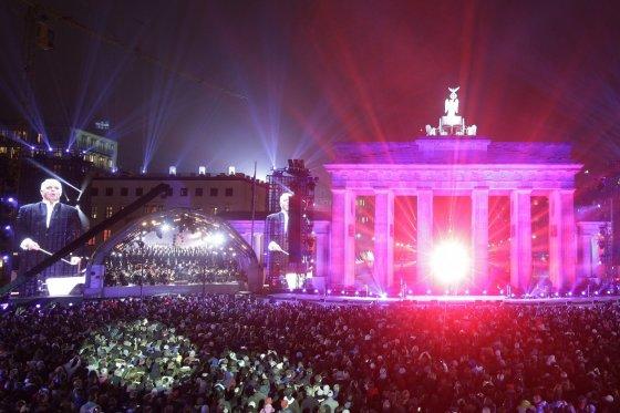"""""""Scanpix""""/AP nuotr./Berlyno sienos griuvimo 25-ečio kulminacija: fejerverkai ir meno projektas """"Šviesos siena""""  2014 m. lapkričio 09 d."""