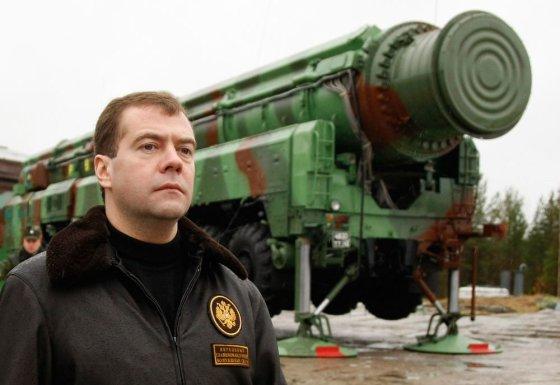 Dmitrijus Medvedevas prie balistinės raketos