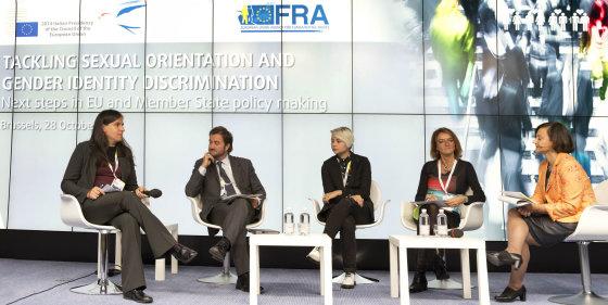 FRA nuotr./Julia Ehrt (kairėje) konferencijoje Briuselyje _ FRA nuotr.