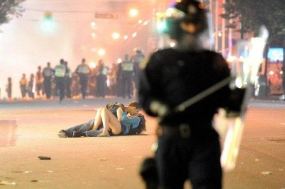 """""""Reuters""""/""""Scanpix"""" nuotr./Linksmas požiūris į Šv. Valentino dieną. Bučinys Vankuveryje."""