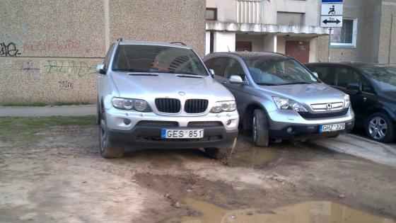 O kitas protiškai neįgalus BMW vairuotojas net nesivargina ieškoti normalios stovėjimo vietos visada parkuojasi ant žolės (na, ten buvo žolė kol jis per žiemą neišmaurojo visko).