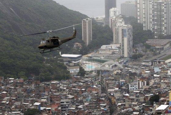 """""""Reuters""""/""""Scanpix"""" nuotr./Operacija """"Taikos šokas"""" Rio de Žaneiro Rocinjos faveloje"""