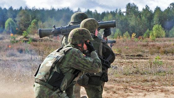 """Andriaus Vaitkevičiaus/15min.lt nuotr./Kariai šaudo iš prieštankinio granatsvaidžio """"Carl Gustaf"""""""