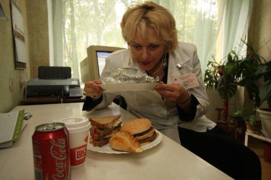 J.Kalinsko nuotr./Dietologė J.Dobrovolskienė pataria greito maisto nepadauginti.