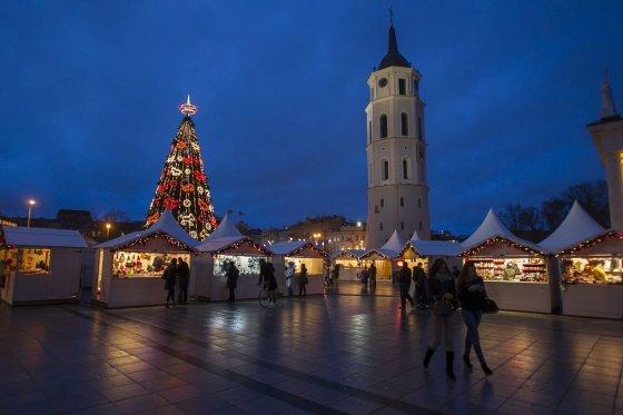 Irmanto Gelūno/15min.lt nuotr./Kalėdų miestelis Katedros aikštėje.