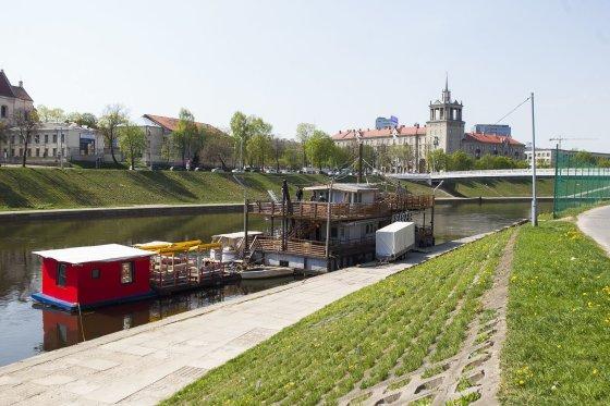 """Irmanto Gelūno/15min.lt nuotr./Mobilioji prieplauka ir laivas """"Ryga"""" pradeda vasaros sezoną."""