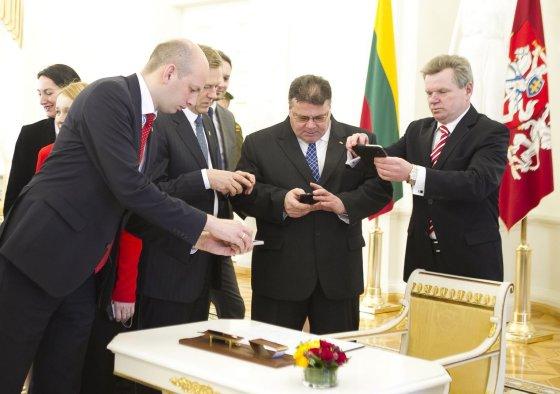 Irmanto Gelūno/15min.lt nuotr./Partijos pasirašė susitarimą didinti kariuomenės finansavimą.