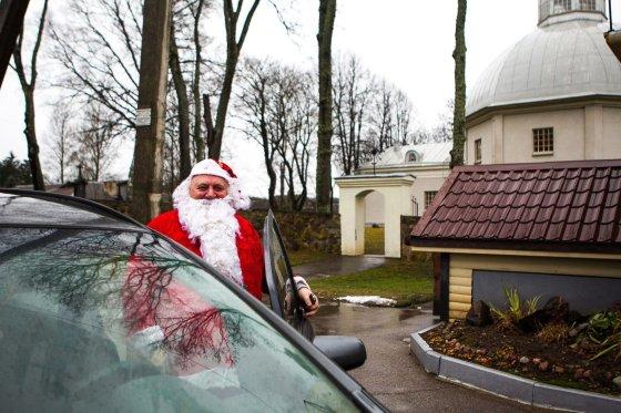 Irmanto Gelūno/15min.lt nuotr./Buivydžių seniūnas Marjanas Naruniecas su Snieguole kasmet vaikams dalina dovanas.