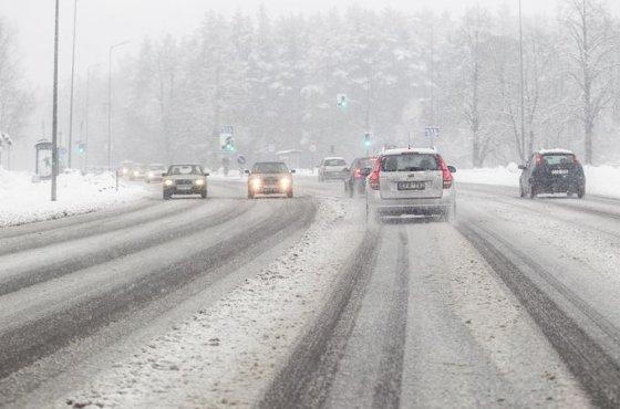 Gausus sniegas sukėlė chaosą sostinės gatvėse.