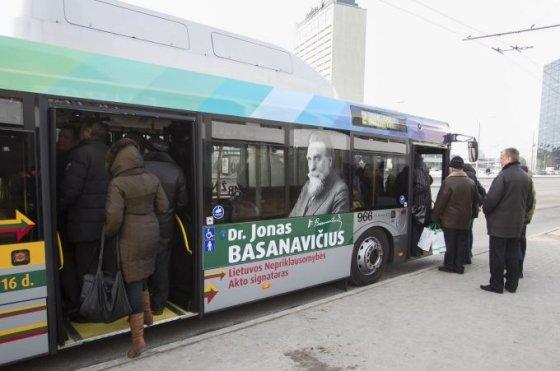 Autobusas, papuoštas Jono Basanavičiaus atvaizdu