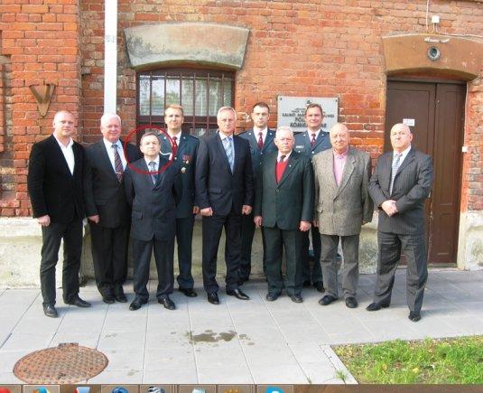 Kaunas.lt nuotr./Buvęs komisaras A.Tamulionis su buvusiais kolegomis ir valdžios atstovais įsiamžino 2013 m. lapkritį, kai Panemunės policijos komisariate vyko Angelų sargų – Policijos dienos – minėjimas.