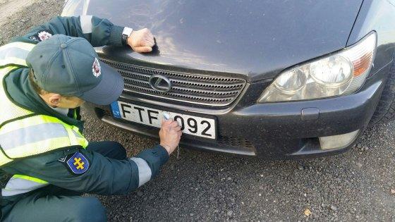 """LKPT nuotr./Šis """"Lexus"""" paliktas be techninės apžiūros dokumentų ir lipdukų"""