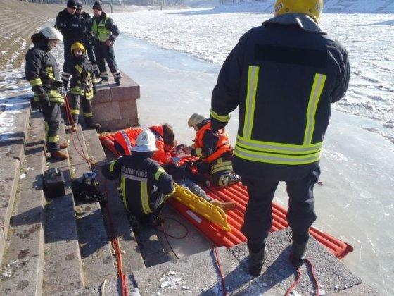 Vilniaus ugniagesių nuotr./Gelbėjimo operacijos akimirka
