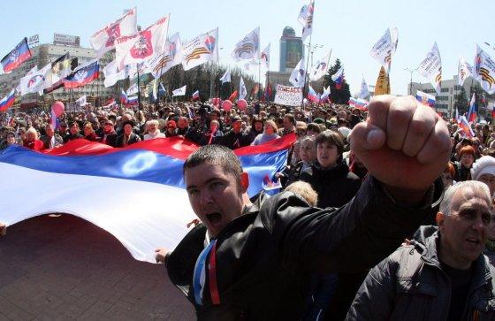 """AFP/""""Scanpix"""" nuotr./Prorusiški protestuotojai Donecke"""