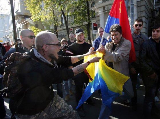 """""""Reuters""""/""""Scanpix"""" nuotr./Teroristų šalininkai plėšo Ukrainos vėliavą"""