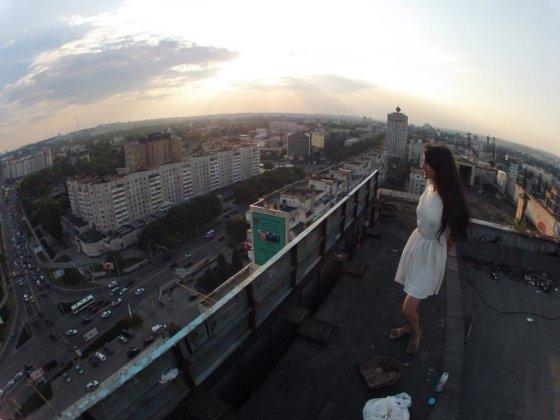 Apleisto viešbučio stogas, ant kurio atėjome su vietine mergina.