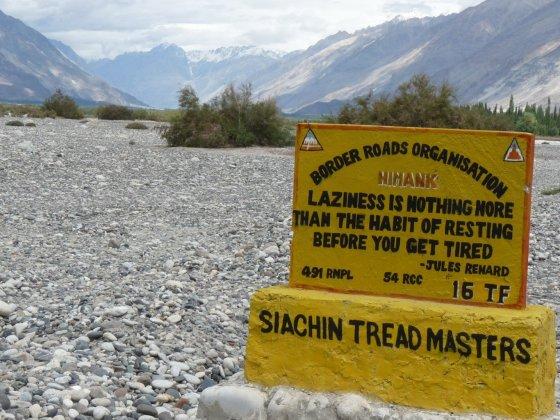 Filosofinė išmintis ant kelio ženklo Indijoje