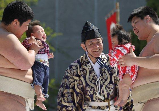 Verkiantys kūdikiai Japonijoje simbolizuoja, kad vaikai sveiki