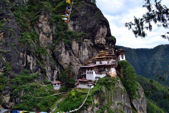 Vienas žymiausių Butano vienuolynų Paro Takcangas, ant skardžio pakibęs 3120 metrų aukštyje, primena pasakų pilį.