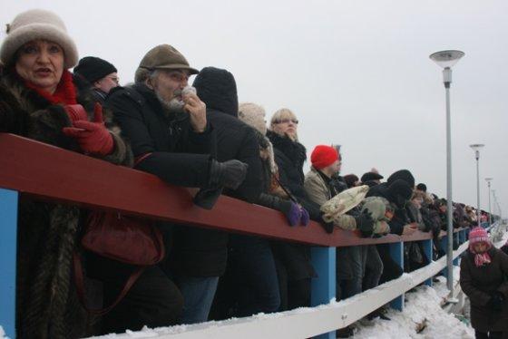 Aurelijos Kripaitės/15min.lt nuotr./Palangos tiltą užgriuvo minia pramogautojų.