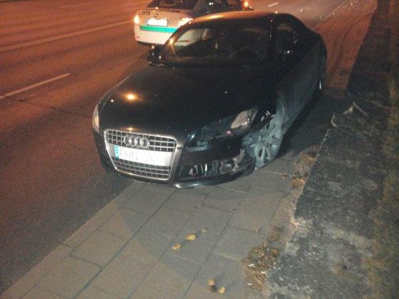 Neblaivi mergina sudaužė prabangų automobilį