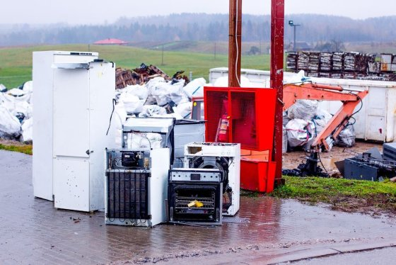 """Irmanto Gelūno/15min.lt nuotr./""""EMP recycling"""" elektronikos ir kitų atliekų perdirbimo gamykloje."""