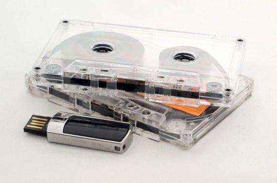123rf nuotr./Juostinė kasetė ir USB atmintinė