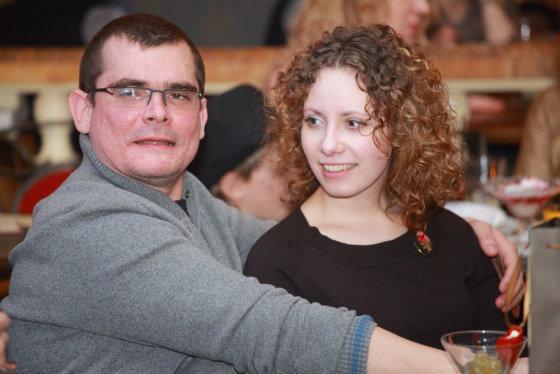 Vinco Alesiaus nuotr./Emilis Vėlyvis su drauge Vaida Bičkute, kurią režisierius mieliau vadina Barbora – krikšto vardu.