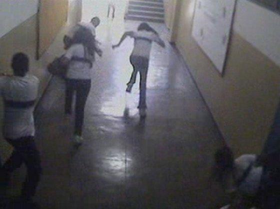 """""""Reuters""""/""""Scanpix"""" nuotr./Iš klasės bėgantys mokiniai"""